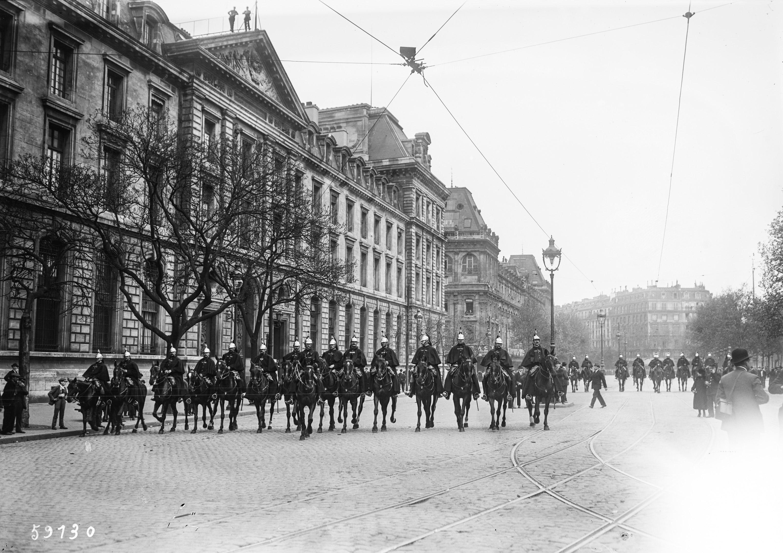 1-5-20-à-Paris-des-cavaliers-de-la-Garde-républicaine-devant-la-caserne-du-Château-d'Eau-place-de-la-République-photographie-de-presse-Agence-Rol-1920