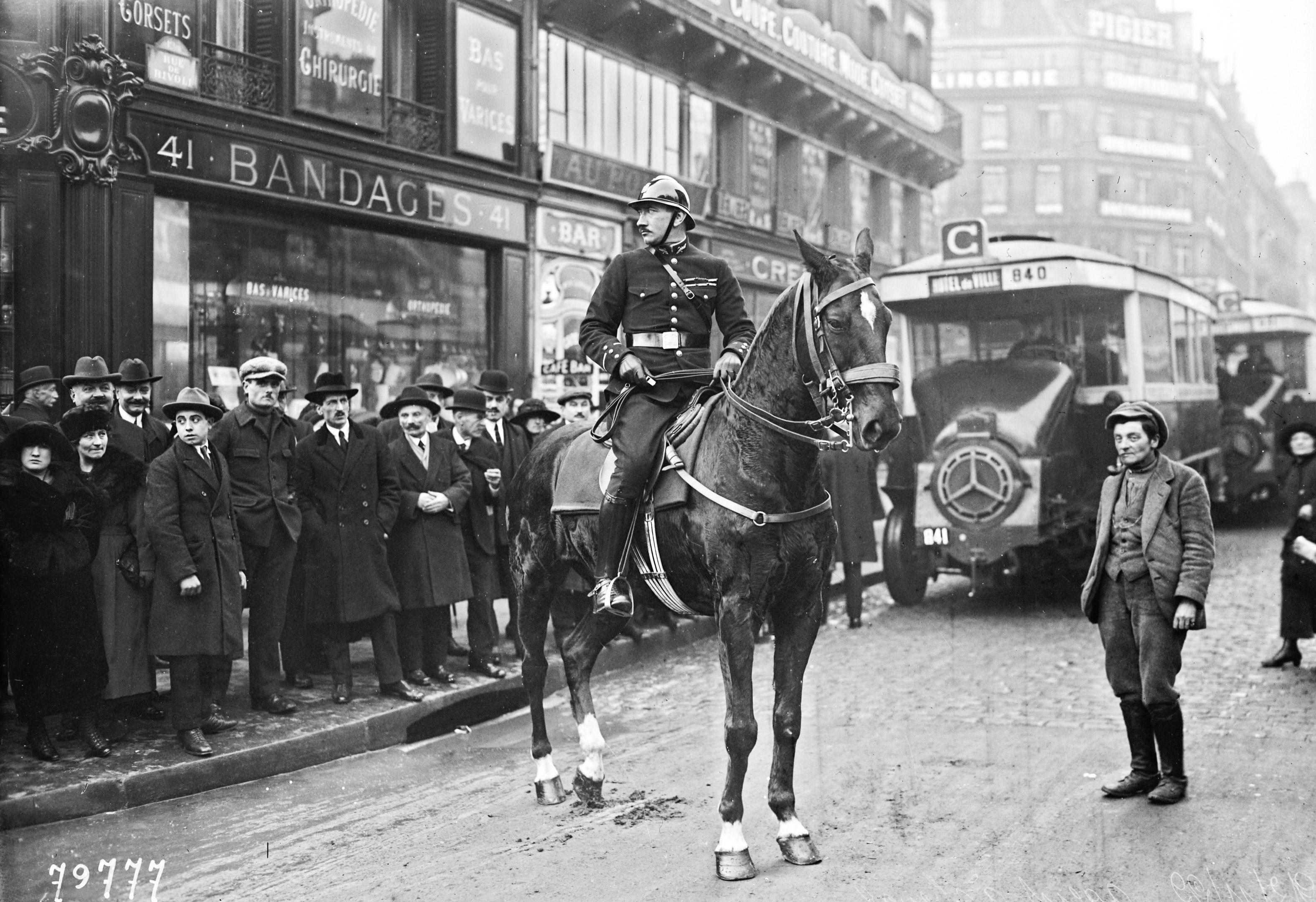 22-11-22-agent-de-la-circulation-à-cheval-photographie-de-presse-Agence-Rol-1922