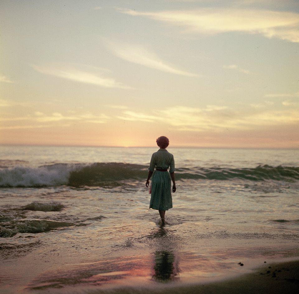 femme-ocean-ancien-photo-mystere-02